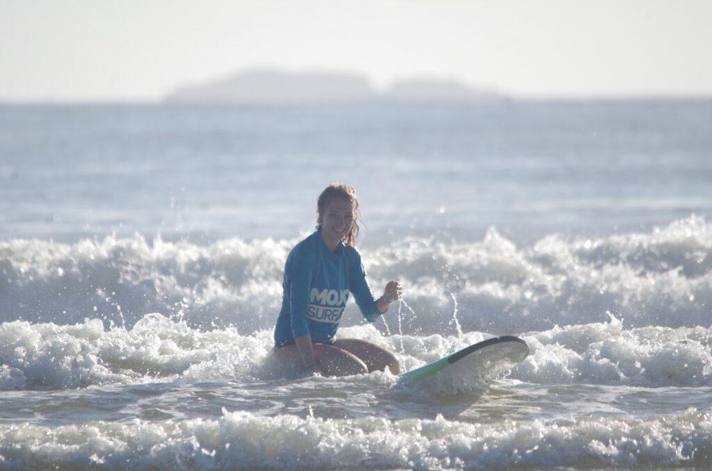 På surfboard i Arrawarra i Australien
